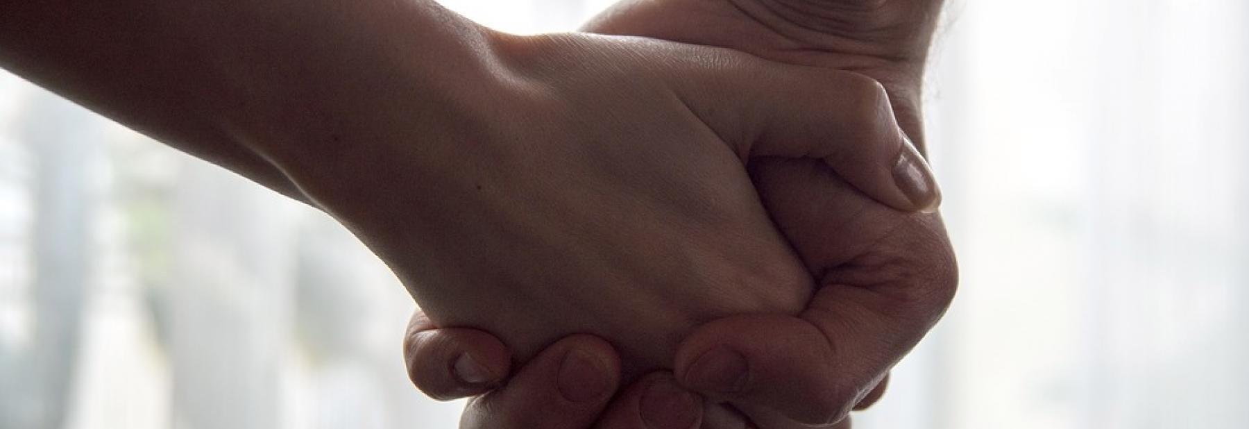 mani che si stringono